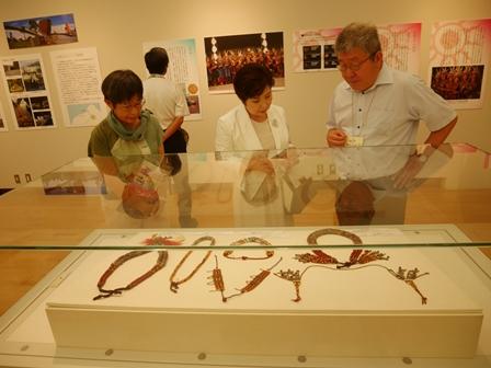「臺灣排灣族文化特展:太陽王子的神珠」赴日特展,展出排灣族三寶:陶壺、琉璃珠和青銅刀。