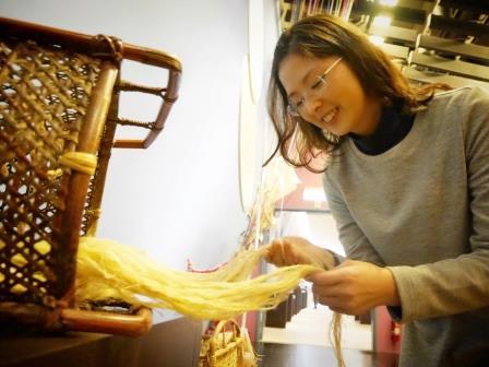 展場中可動手觸摸黃藤、香蕉絲以及苧麻等臺灣原住民族衣飾常用原料