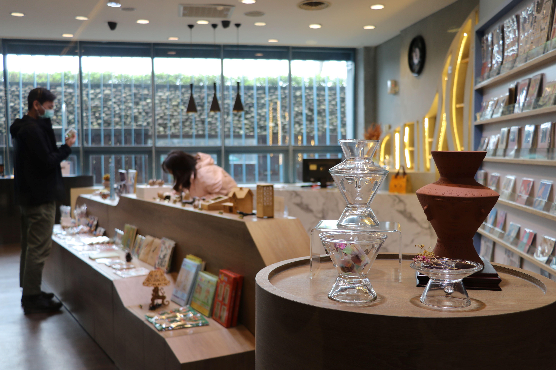 十三行文化商店通透明亮的空間設計,宛如時尚精品店
