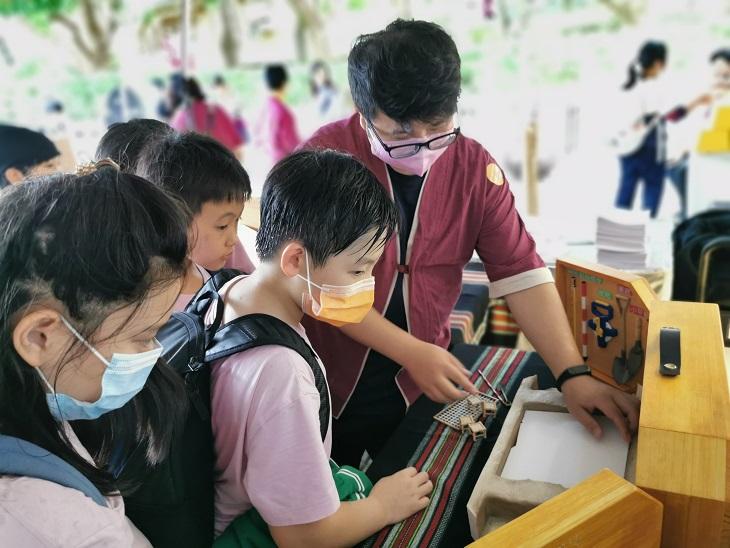教師利用旅行箱教育考古發掘。